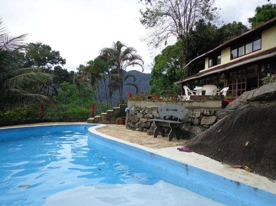 Chale Da Montanha : Área da piscina com vista pro restaurante.