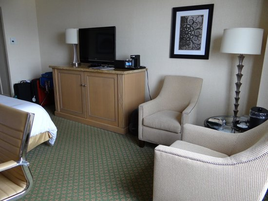 JW Marriott New Orleans: Spacious area around bed
