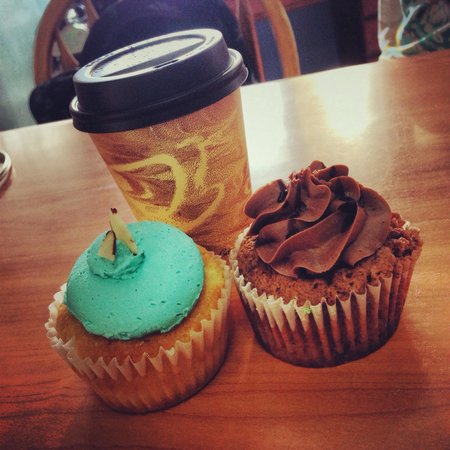 Dulcis Vita Bakery and Coffee Shop: Mochacchino with almond and nutella cupcakes!