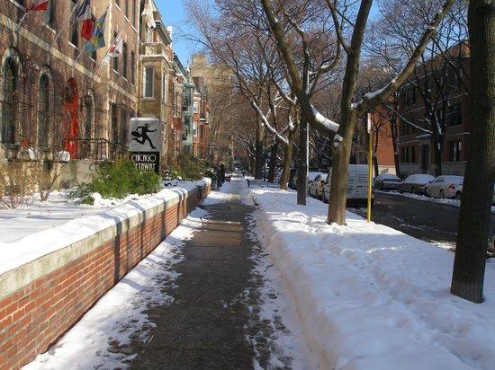 Chicago Getaway Hostel: Hostel's street