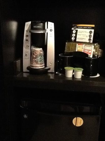 Courtyard by Marriott New York JFK Airport : Keurig Coffee Maker & Refrigerator