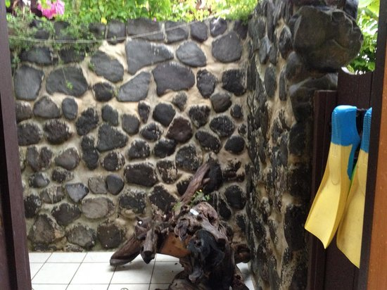 Coconut Grove Beachfront Cottages: Rock shower in Mango bure