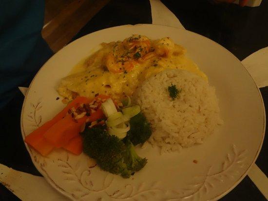 El Limbo on the Sea Hotel Restaurant: plato principal pescado con calamares