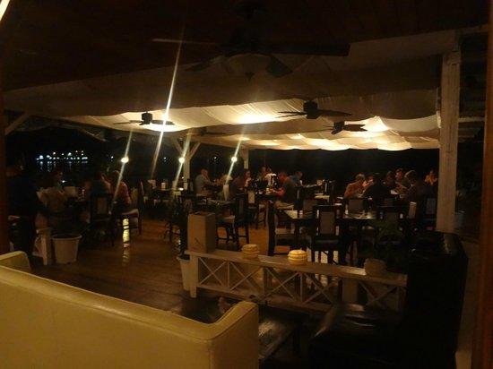 El Limbo on the Sea Hotel Restaurant: salon trasero con vista al mar