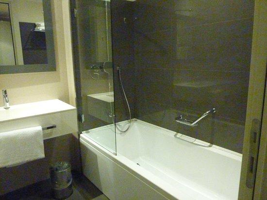 DoubleTree by Hilton Venice North: 白で統一されたバスルーム