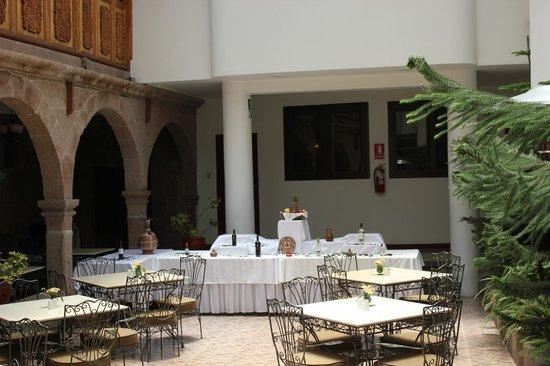 Terra Andina Hotel: Vista del Comedor bajo unos preciosos balcones tallados