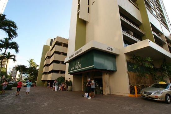 Aston Waikiki Sunset: ホテルの正面玄関