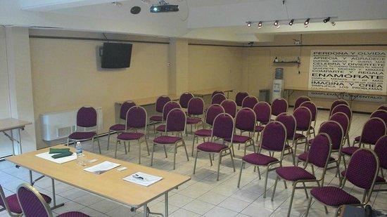 Hotel Cap Polonio: Vista de frente de la sala - El personal lo acomoda de acuerdo a las necesidades del conferencis