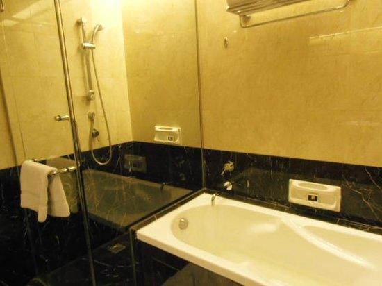 Impiana KLCC Hotel: 独立シャワーブースとバスタブ