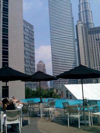 Impiana KLCC Hotel: 食事もできて静かなプールサイド