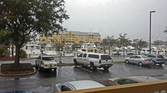 La Quinta Inn & Suites Charleston Riverview: View of harbor from first floor room