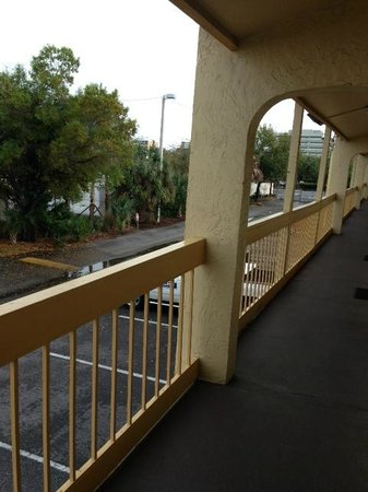 La Quinta Inn Tampa Bay Airport: Walkway exterior to room