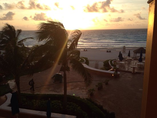 Ritz-Carlton Cancun: A view at 7AM from the lobby lounge of Ritz.