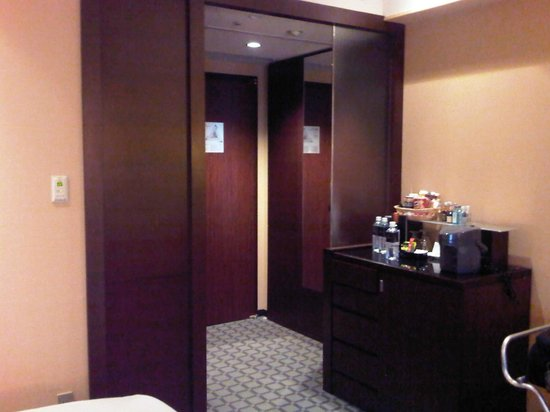 Ana Intercontinental Tokyo: Entrance and mini bar