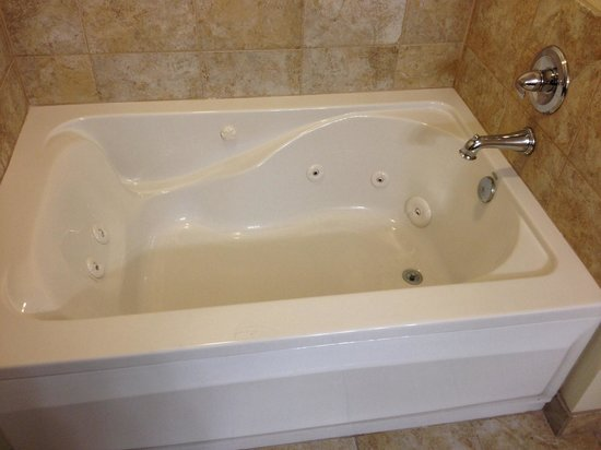Wingate by Wyndham Gulfport: Jet tub in room 304