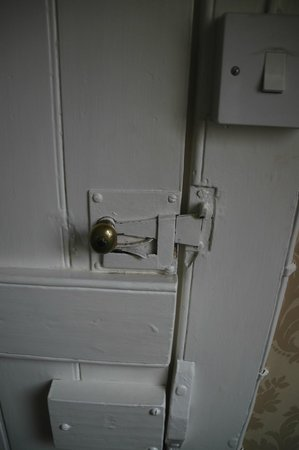 Bowers Hill Farm B&B: Old-fashioned door handle on attic room