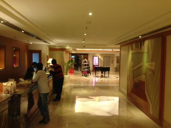Ramada Plaza Palm Grove: Lobby