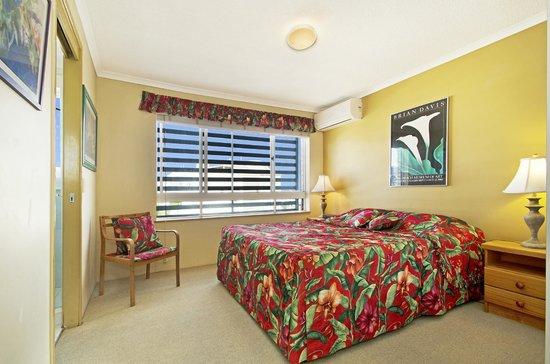 Coral Sea Holiday Apartments: Main Bedroom