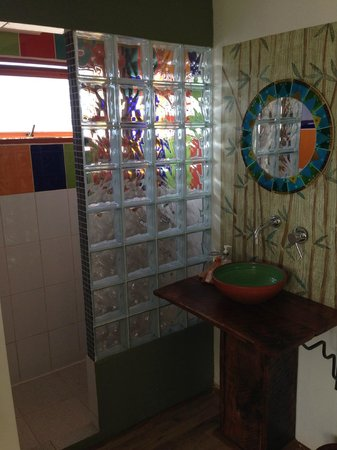 Cinque Colori: Bathroom in room.