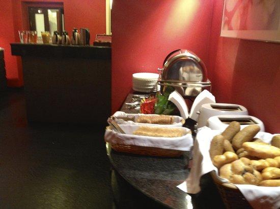 La Boutique Hotel Prague: Complete breakfast serve downstairs