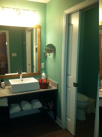 The Hotel SYNC: bathroom