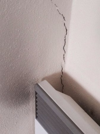Grand Mercure Nelson Monaco Apartments: Heater with burn marks and wall cracking