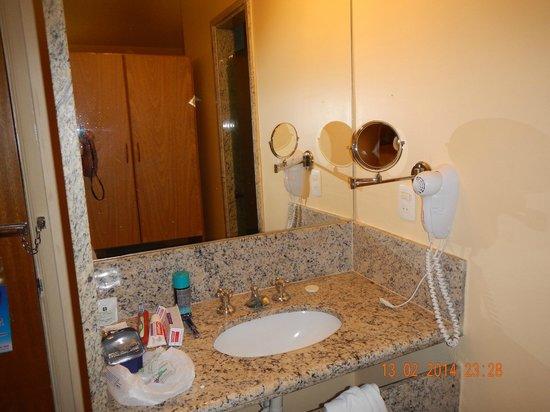Dan Inn Franca: Lavabo em separado do banheiro