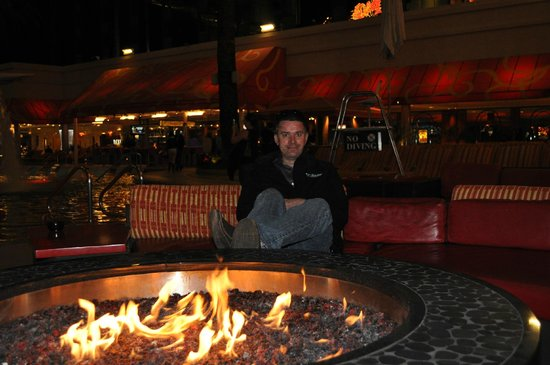 Golden Nugget Hotel: Pool side at night - fire included