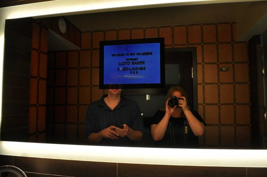 Golden Nugget Hotel: A TV in the bathroom mirror