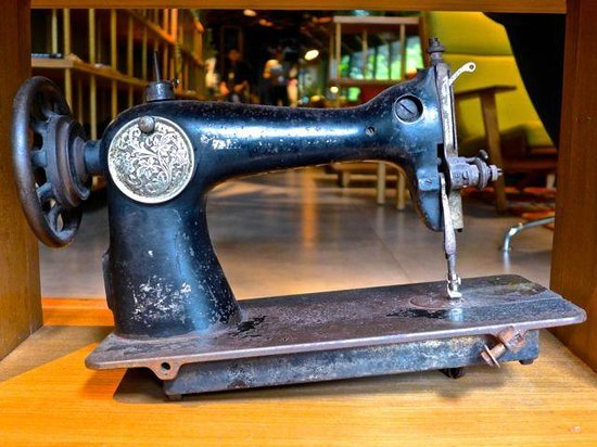 Kosenda Hotel: Antique Singer sewing machine.