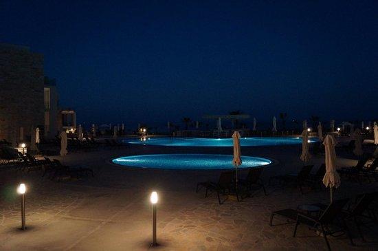 Amphora Hotel & Suites: вечер