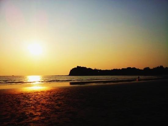 Twin Bay Resort : บรรยากาศยามเย็นตอนอาทิตย์ตกดิน