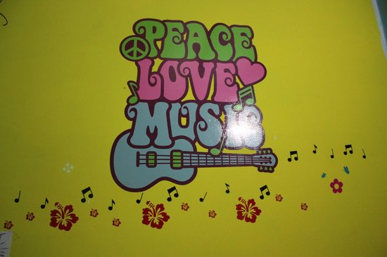 Mushrooms' Backpacker Hostel: Peace love and music! Here we go!