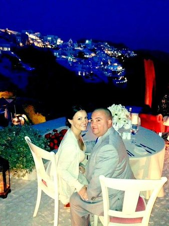 Andronis Luxury Suites : Dining on the cliff at night with a beautiful view of the cliffs.