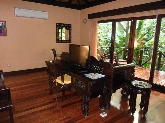 Rio Celeste Hideaway Hotel: Beautiful handcarved furniture