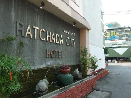 Ratchada City Hotel: หน้าโรงแรม