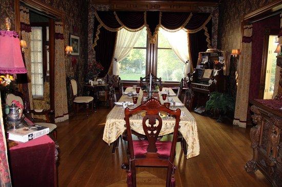 Alexander Mansion Bed & Breakfast: dining room