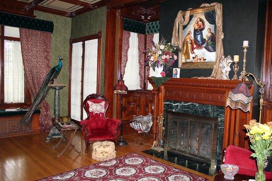 Alexander Mansion Bed & Breakfast: parlor