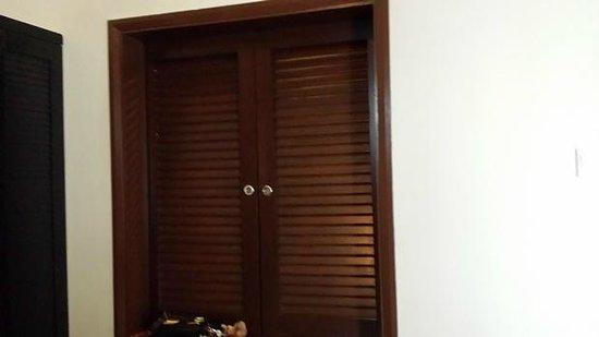 Bayou Lagoon Park Resort: Bathroom window