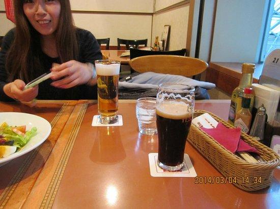 Brasserie Ginza Lion Haneda Kukou: 手前が黒ビール