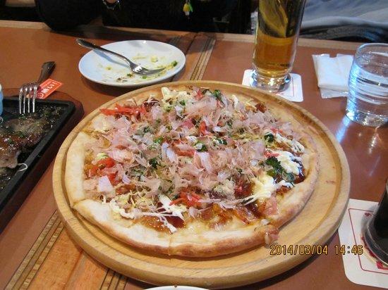 Brasserie Ginza Lion Haneda Kukou: お好み焼き風ピザ