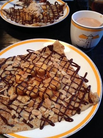 La Creperie (Sheung Wan): caramelized bananas with silvered almonds and chocolate fudge crepe with hot chocolate - YUM