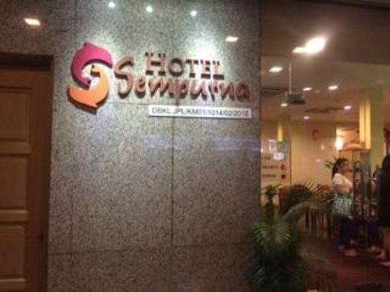 Hotel Sempurna : Front door and lobby