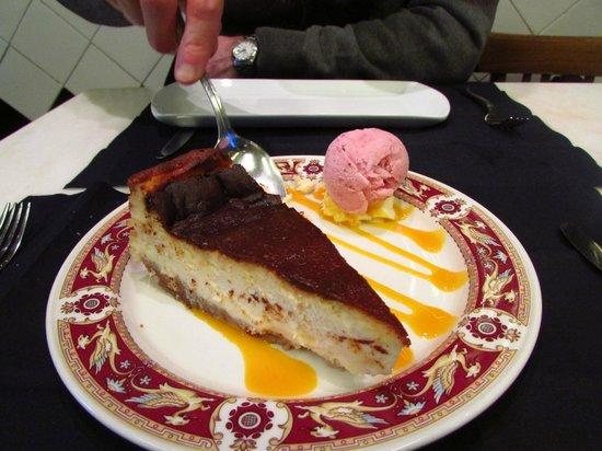 Victor Montes Restaurante: tarta de queso sobre maracuja