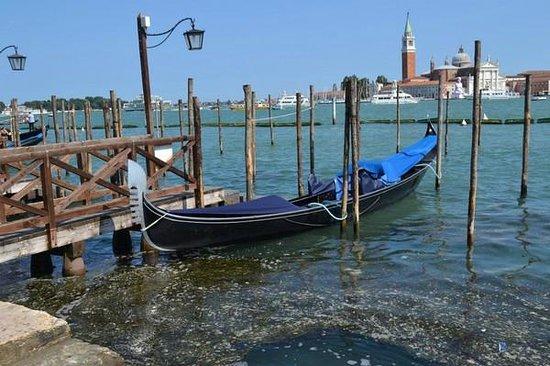 Ente Gondola: A moored gondola