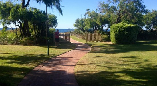 Abbey Beach Resort : Pathway to Beach