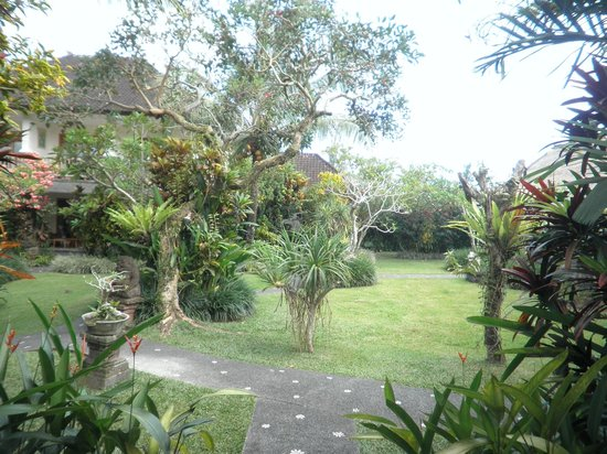 Sri Ratih Cottages: Jardim do hotel