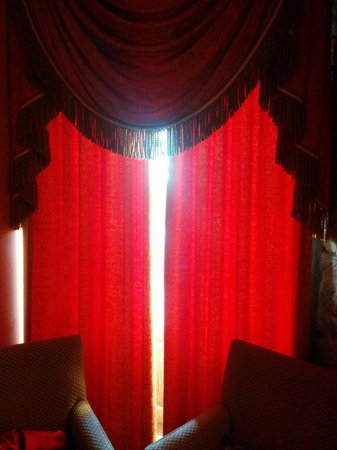 Dalhousie Castle: Curtains not shutting