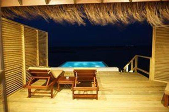 ヴェラサル モルディブ ラグーナ ビーチ, 水上コテージは夜も素敵です。