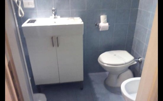 Lofts in Rome: The bathroom is very small, and there isn't enough legroom to sit down on the toilet comfortably